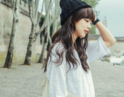 黒髪ロングカットの参考にしたいうるつやヘアスタイル♬簡単アレンジでできる緩めの巻き髪でカジュアルな髪型に♬