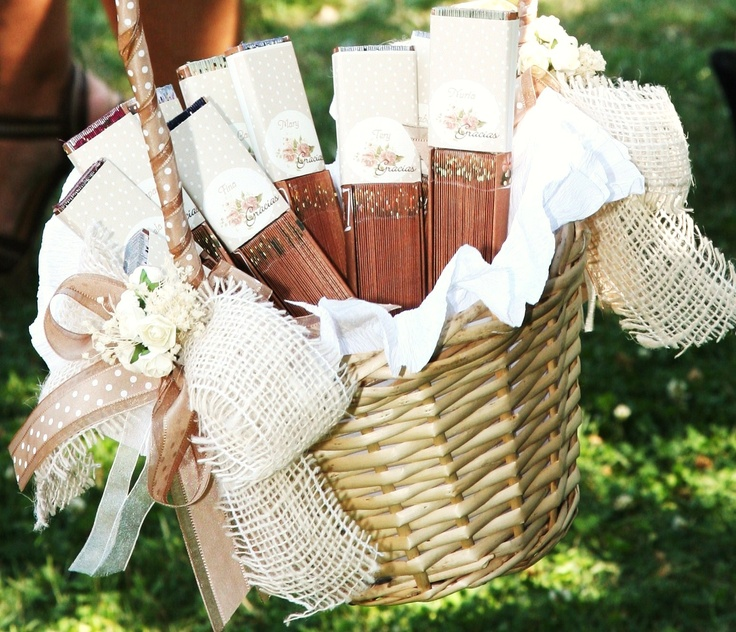 Cesta forrada en papel con lazos de yute y flores de for Cestas decoracion