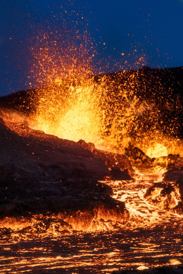 Lava Fountains - The magma comes out of his bed to pour close to me. The heat is unbearable, while the lava is 10m.--- September 13, 2016