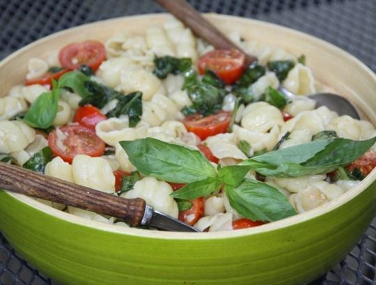 Орекьетти со свежемаринованными помидорами и базиликом