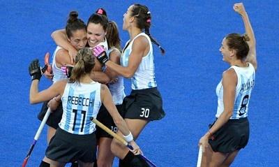 """Las llamadas """"Leonas"""" de Argentina aseguraron medalla de plata olímpica al avanzar este miércoles a la final del hockey olímpico femenino de los Juegos de Londres 2012, tras vencer a Gran Bretaña, dos tantos a uno, con goles de Noel Barrionuevo y Carla Rebecchi."""