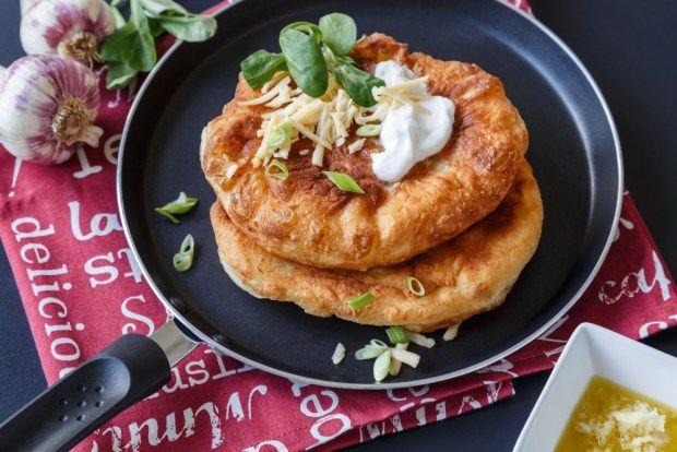 Langoše jsou typická stánková pochoutka. Určitě máte v zásobě vlastní recept, ale zkuste i ten náš na kynuté těsto s nastrouhanými bramborami.