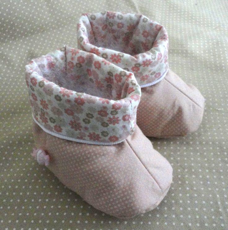 Botinha unissex em tecido de algodão super macia e fofinha para os pezinhos dos bebês. Tamanhos de 0 a 12 meses. Cores e estampas que você pode escolher!