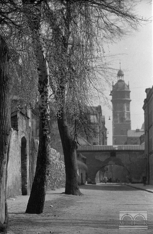 Ul. Skałeczna - przejście arkadowe, kościół Bożego Ciała (Kanoników Laterańskich) - wieża .2. połowa lat 40. XX w.