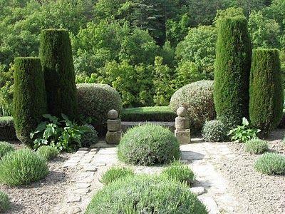 clipped cypress at le jardin de la louve France - Le blog de Parcs et Jardins de L'Oise: Voyage dans le Lubéron : le jardin de La Louve