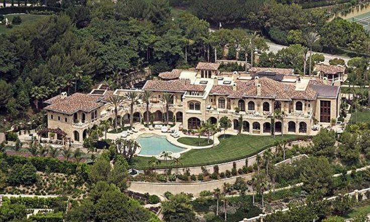 10° lugar: Eddie Murphy - Valor: US$20 milhões. Concluída em 2005, a casa do ator Eddie Murphy custou US$ 20 milhões. Nela, piscinas frias e aquecidas, um paisagismo de tirar o fôlego, biblioteca  de dois andares construída em um terreno de cerca de 40 mil m² localizada em Beverly Hills