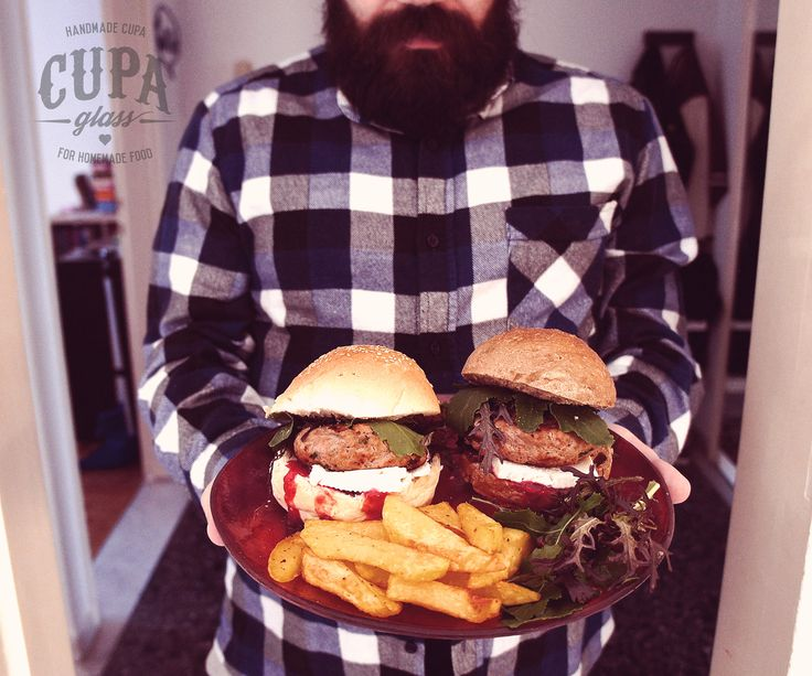 #Burger #Cranberry #Sauce Herbed turkey burgers with cheese and cranberry sauce served in a handmade glass plate by www.cupa.glass
