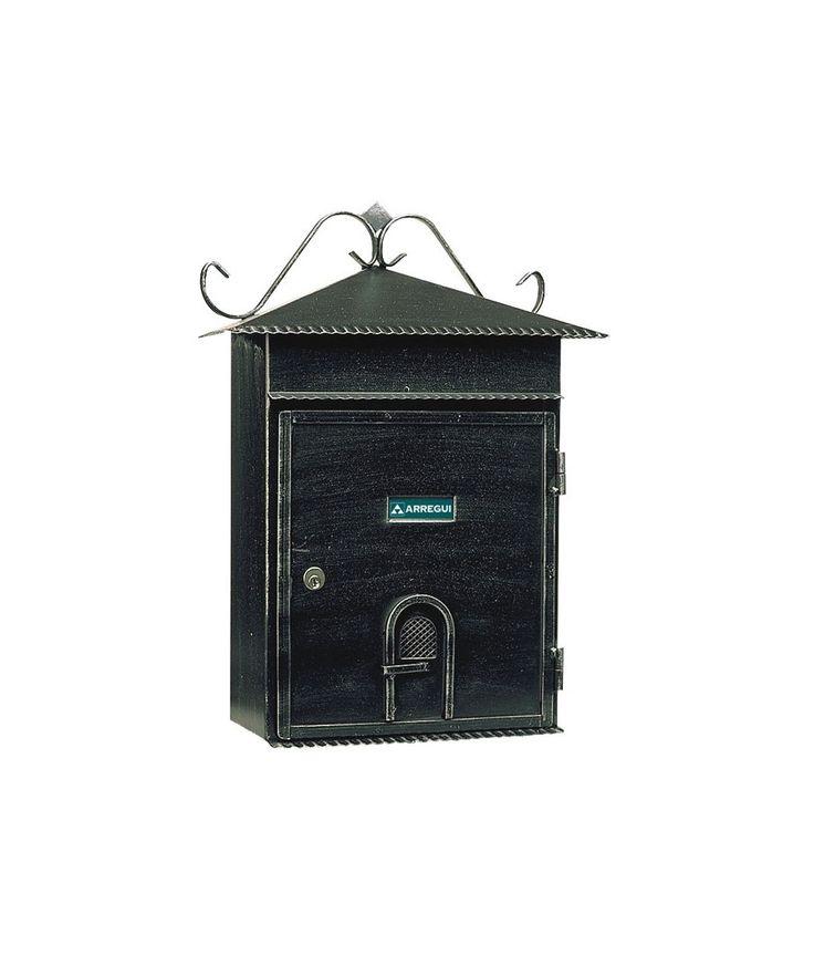 Buzón Rústico Negro E2634 Arregui  Buzones y Cajas Fuertes Buzón Rústico Negro E2634. Para exterioir fabricado en acero. Es un modelo rústico, de arregui, tiene una capacidad de boca para formatos grandes, ideal para catálogos, revistas, sobres. Medidas: 430 x 250 x 120 cm.  Alta resistencia a la corrosión.  Fabricante; Arregui