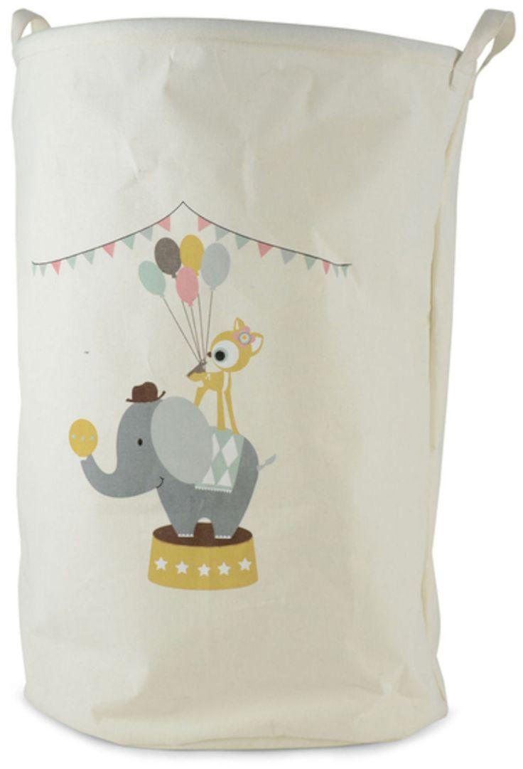 FORM Living Förvaringskorg Stoja Cirkus Stor är en fin och praktisk förvaringskorg i canvastyg. Den har ett sött motiv av en cirkuselefant och en bambi och har en rymlig storlek som gör den perfekt att samla exempelvis leksaker eller kläder i. <br><br>Mått: 40 x 60 cm<br><br>Material: Canvastyg<br><br>Motiv: Elefant och bambi<br><br>Färg: Vit<br>