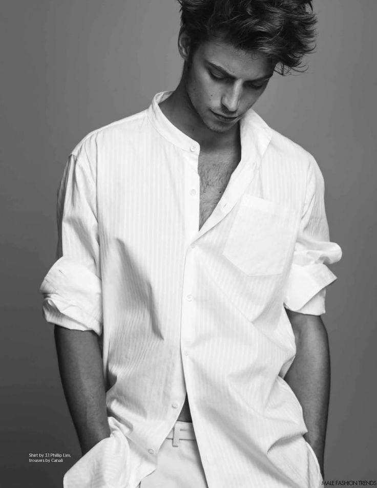 Apostando por los looks en blanco para la temporada, el modelo Timothee Bertoni posa para Rodolfo Martínez en la edición Abril/Mayo 2016 de la revista DA MAN Magazine