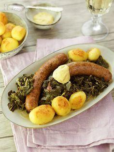 Grünkohl mit Pinkel und Kochwurst Rezept  Zutaten für 8 Personen:  1-1,5 kg Frischer Grünkohl, gewaschen und die Stängel abgeschnitten 4 EL Schweineschmalz (alternativ Ente) 3 Zwiebeln, klein geschnitten 250 g Geräucherter Bauchspeck (am besten mit der Schwarte) 1 TL Vollrohrzucker 1 Prise Muskat 2 EL Dijon Senf (ode rein anderer mittel scharfer Senf) 500 ml Rinderbrühe Meersalz und frisch gemahlener, schwarzer ...