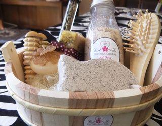 Jabón barra, aceite de masaje, sal Spa, esponja, vela flotante, rodillo masajeador, cepillo cabello, exfoliante.