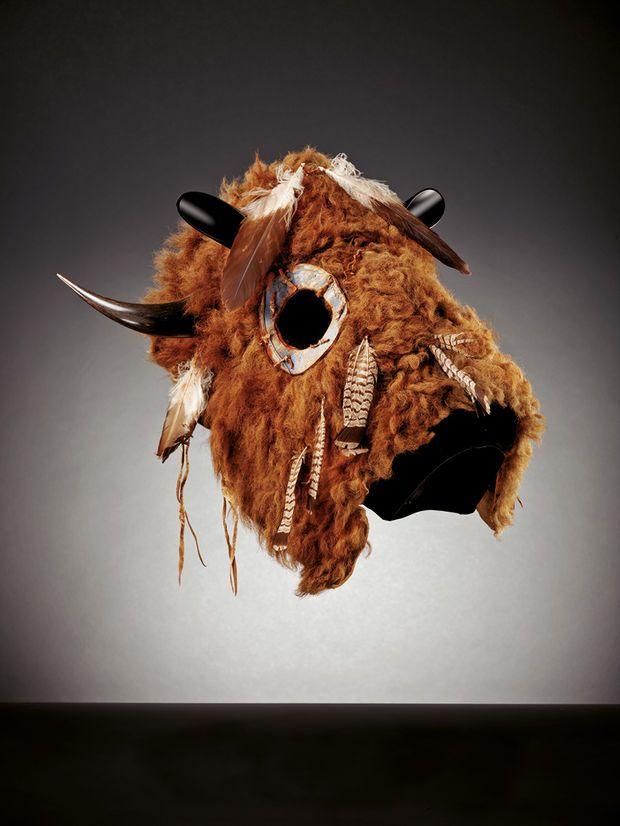 Masque de cheval lakota, créé vers 1860 dans le Dakota du Nord ou du Sud. Il est fait avec de la laine, des plumes de pic, des perles de verre et du crin de cheval teint.
