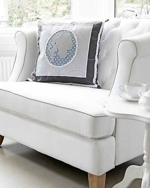 DIY Camee pillow by Ariadne at HomeDiy Cameo, Beautiful Cushions, Cushions Pillows, Cameo Pillows, Pillows Cushions, Chairs Style, Silhouettes Kussen, Diy Pillows, Kussen Met