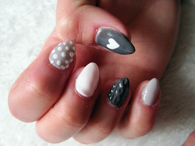Szaro białe paznokcie hybrydowe - kropki, serca i sweterkowy wzór - inspiracje paznokciowe - ''' Marcelka Fashion and Lifestyle ''' blog lifestylowy