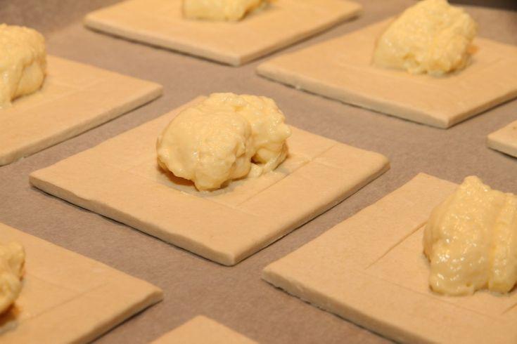 Butterdeig med vaniljekrem og jordbær er fantastisk godt. Disse herlige fristelsene er superenkle å lage. Det eneste du trenger er butterdeig, vaniljekrem og ferske jordbær. Det er en nydelig og enkel dessert, som er perfekt når du har gjester eller når du har lyst på noe godt. Butterdeig med vaniljekrem og jordbær:10 stk 1 pk butterdeig (5 butterdeigplater) …