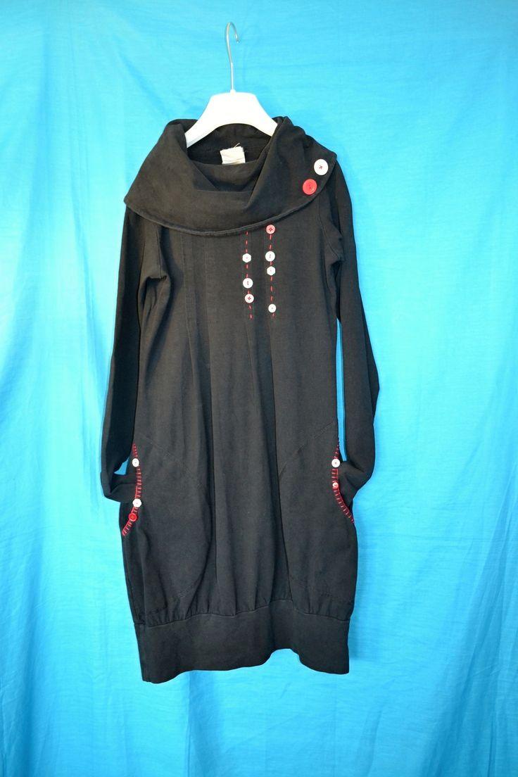 Černé+recy+autorské+šaty+Červené+knoflíky+Autorské+šatičky+ze+španělské+dílny+Kateřiny+Jakšové+z+pevnější+bavlny+s+příměsí+elastanu+(90%+bavlna,+10%+lycra),+s+velkými+kapsami+a+velmi+širokým+límcem...+Jsem+doplnila+prošíváním+bavlnkou,+knoflíky+(každý+jiný)+a+obšila+jsem+pro+zvýraznění+také+kapsy+bavlnkou+a+knoflíky...+Tak+jsou+jako+nové+a+ještě+třeba...