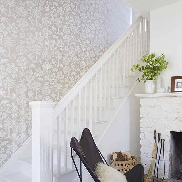We love @tami_omalley's use of wallpaper to create a light and bright accent wall going up the stairs. || #brightwhitewednesday