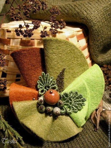 """Брошь с натуральными камнями """"Гренни"""" выполнена из полушерстяного испанского фетра гармоничных оттенков коричневого и зеленого цвета. В центре броши является микс из бусин авантюрина и змеевика, стеклянного бисера. Декорирована брошь кружевными и металлическими листочками. Элегантная брошь природных оттенков с натуральными камнями будет хорошо смотреться на пальто и лацкане пиджака, на трикотажных и вязаных вещах."""