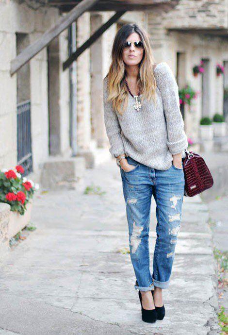 Очень стильный лук- темно синие бойфренды и серый свитер и конечно же высокие…