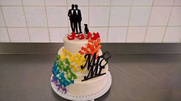 Een mooie bruidstaart. Dit stel wou graag een strakke maar wel met kleur erop en erin. Bij het aansnijden van deze taart is het van de binnenkant een regenboog taart. Gevuld met een lekkere luchtige creme op smaak gemaakt met een lekkere marasquine smaak.