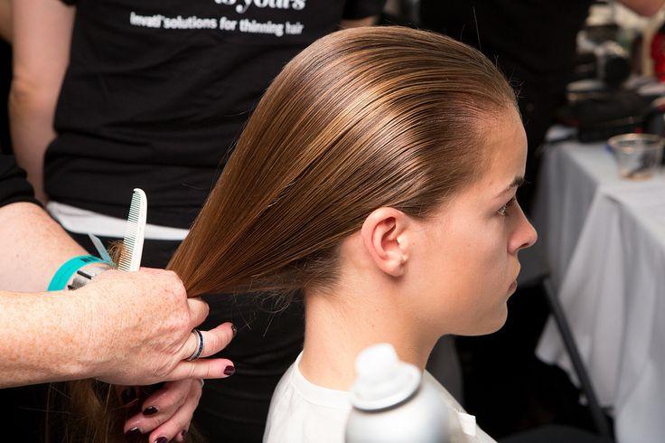 Kam je haren glad naar achteren.www.lemage-shop.nl