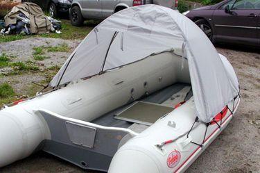 Тент-палатка для лодки (длина 230 / высота 120 см), Grey  Данная модель тента для лодки пвх закрывает 2/3 пространства кокпита и предназначена для защиты пассажиров и снаряжения от солнца, дождя, ветра или брызг. Удобная конструкция этого тента-палатки позволяет быстро установить его и удобно расположиться внутри во время рыбалки или охоты. Этот типоразмер разработан для моделей лодок SL / DL / HL / FL 300-340. Небольшая вместимость тента обусловлена ограничениями к парусности в собранном…