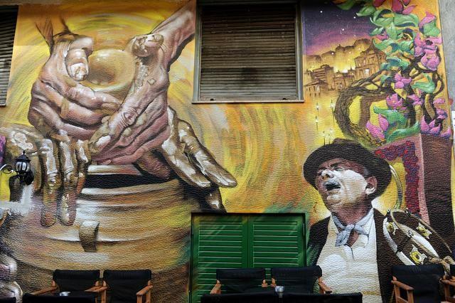 Η ιστορία του μπαρμπα Γιάννη κανατά σε graffiti στα Εξάρχεια