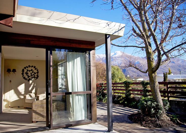 Upton Cottage will be a wonderful choice if your preference is Central Wanaka. A quaint cottage tucked away in the heart of the village, a one minute walk from the shops, restaurants and cafes.
