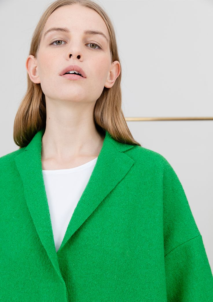 Oversize jacket in green wool, oversize top in white cotton #simpelthen #purity & #style #handmade in #switzerland
