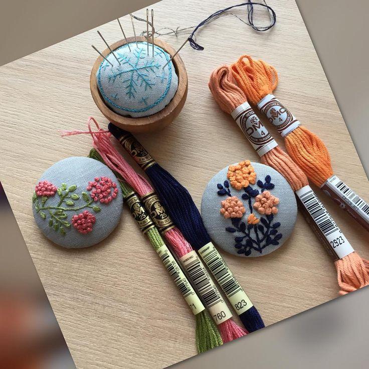 2016.9.29 (木)晴れ 予報より、晴れているような… 思いの他早く出来上がりました。 自分のために作った3つ。 針山は可愛いくクロスステッチで 針山を作っていらした方の作品を 見て、刺繍の針山を作りたく思い… 凄く素朴な刺繍になりました。 後2つはブローチ。 オレンジの糸はDMCの4番 太いコットン糸です。 これからの季節のワンポイントに 役立つと思います。 #樋口愉美子 #刺繍 #1色刺繍と小さな雑貨 #ウールステッチ #dmc刺繍糸