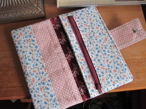En el tutorial de hoy vamos a aprender a hacer una cartera muy chula con unas pocas telas, una cremallera, una máquina de coser y mucho cariño :). Esta, en especial, tiene espacio para tarjetas y m...