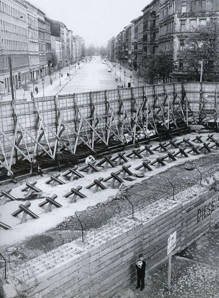 """Old Pics Archive on Twitter: """"Berlin Wall, Bernauer Strasse, West Berlin, 1967, photograph by Günter Zint. https://t.co/ytXNkwaFyZ https://t.co/8bp8XsM86I"""""""