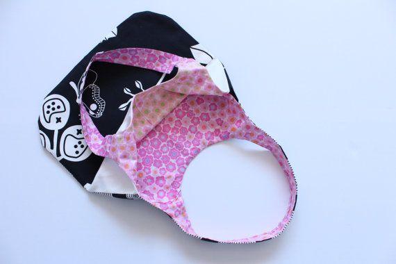 Tas van katoen met zwart en witte print, deze tas heeft een vlinder print aan een kant en een hypnotische print aan de andere kant on Etsy, €20,00