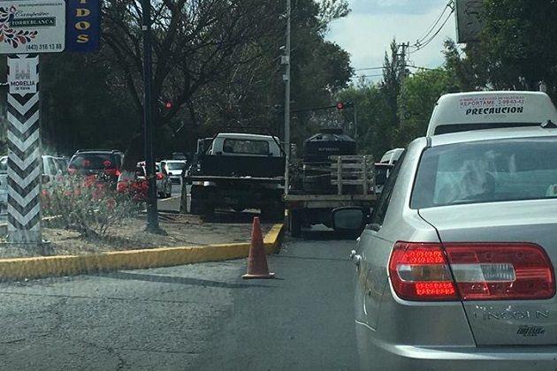 A pesar de que no estaban haciendo nada en ese momento, en plena hora pico mantenían una camioneta detenida, obstruyendo un carril de la lateral de Avenida Camelinas, complicando la ...