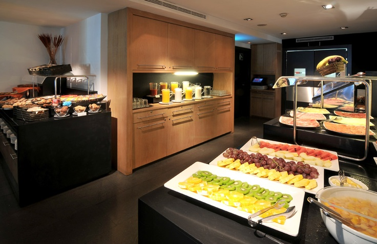 Buffet breakfast | An exclusive Breakfast Buffet is served daily from 7:00 to 11:00 am, offering gourmet meats, fresh fruit, pastries, and baked goods; undoubtedly a smart way to start your day. Our chefs can also specially prepare omelets and egg dishes.