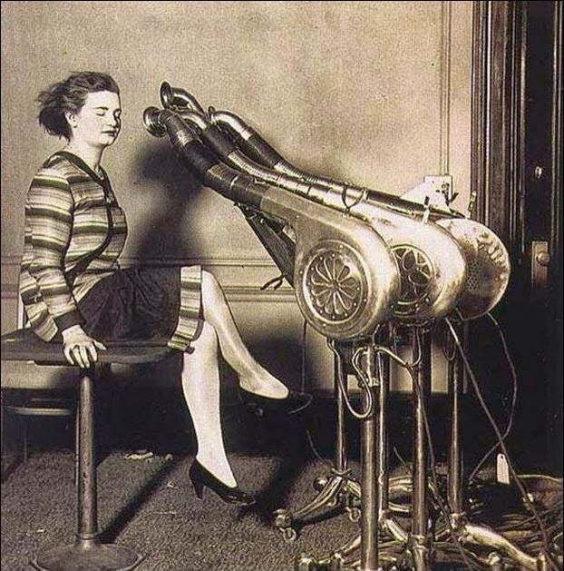 Μία γυναίκα στεγνώνει τα μαλλιά της 12.000 φορές κατά μέσο όρο στη ζωή της!Εσύ μπορείς να προστατεύσεις τα μαλλιά σου από τη θερμότητα και το σπάσιμο κατά τη διάρκεια του brushing και του ισιώματος, χρησιμοποιώντας το θερμο-ενεργό σπρέι επανόρθωσης PHYTOKÉRATINE! Επανορθώνει αποτελεσματικά και αναδομεί την καρδιά της κατεστραμμένης τρίχας και προσφέρει ανθεκτικά, μεταξένια, ευκολοχτένιστα και πιο πειθαρχημένα μαλλιά.  (Στη φωτογραφία το πρώτο πιστολάκι μαλλιών, το 1920.)