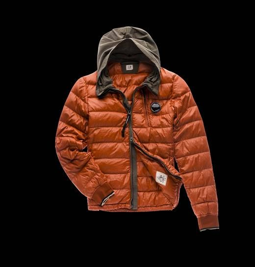 Ultralight nylon hooded down jacket, with 90/10 direct feather injection padding, with a special color enhancing dye and water resistant treatment. This down jacket is ideal to fight the cold weather and its hood perfect on rainy days.
