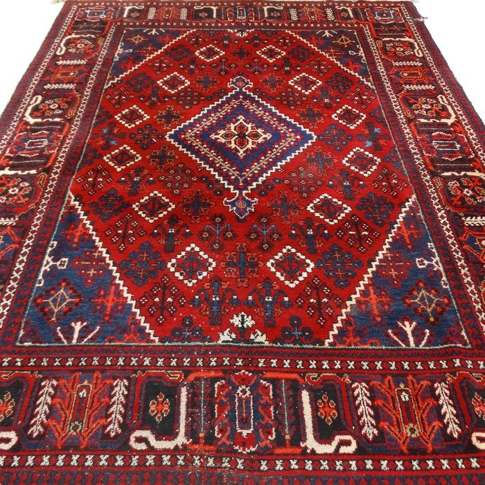 Dit is een handgeknoopt MeyMey tapijt, gemaakt van duurzame, natuurlijke materialen. De manier van knopen en diversiteit in patronen maken dit kleed tot een unicum en benadrukken het authentieke en ambachtelijke karakter.  MeyMey(of MeyMeh) ligt in het midden van Iran. MeyMey's hebben geometrische patronen, zowel met medaillon als zonder. De Medaillon heeft een ruit-achtige vorm, bestaand uit meerdere kleinere diamant-vormen. Een MeyMey is gemaakt van wol van hoge kwaliteit, met een dunne…