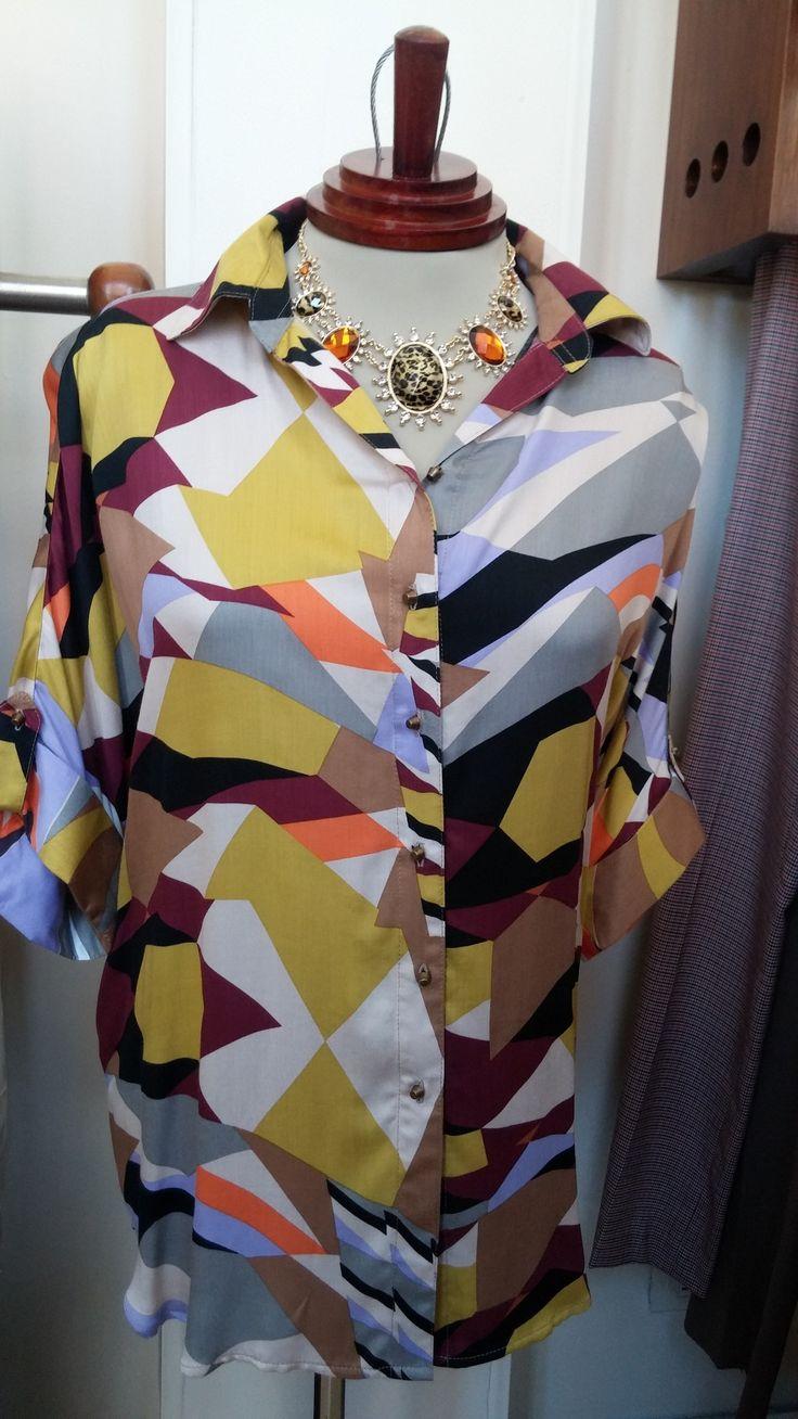 Hermosa camisa estampada con diferentes colores con un toque de los años 70´s