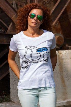 Camiseta con una vespa pintada a mano