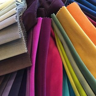 Sammet, tyg, möbler, soffa, fåtölj, fotpall, loveseat, lila, röd, blå, grön, turkos, gul, rosa, grå, svart, vit, vinröd, beige, orange, pastell, färg, mjuk, inredning, nitar, chesterfield, howard, djup, låg, 3 sits, 2 sits. http://sweef.se/14-sweef-lyx
