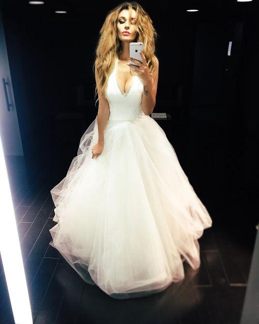 Алена Водонаева опубликовала селфи в свадебном платье и официально подтвердила свой разрыв с женихом Антоном Коротковым. В длинном посте б...