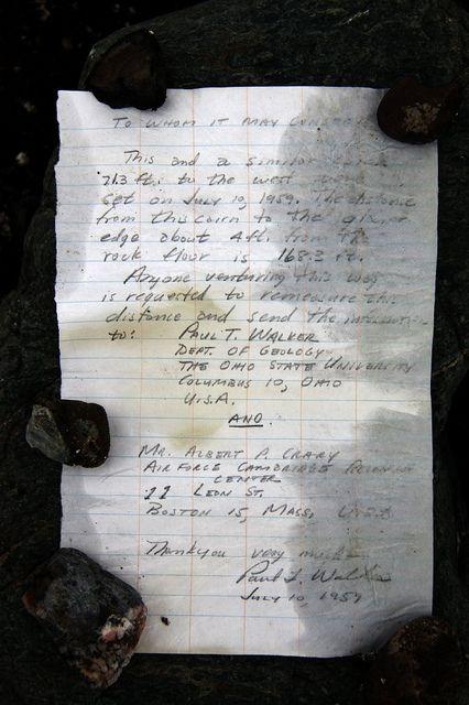 Un mensaje en una botella, en el hielo ártico  Los biólogos Warwick F. Vincent y su colega Denis Sarrazin aterrizaron en la isla de Ward Hunt, en el Ártico canadiense. La temperatura media en este lugar es de -18C  y el asentamiento humano más cercano está a casi 1.000 km. En mitad de la recolección, Sarrazin divisó un punto negro en medio de la blanca planicie. Se trataba de un mojón de piedras en cuyo interior había una pequeña botella, con una hoja de papel enrollada en su interior.