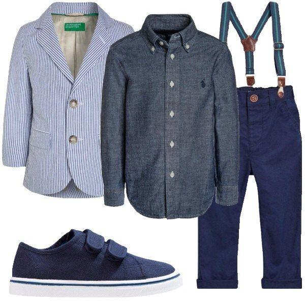 Camicia in jeans con maniche lunghe e bottoni, giacca a righe. Pantaloni a sigaretta, con vita alta e bretelle. Sneakers in tela con punta tonda e chiusura in velcro.