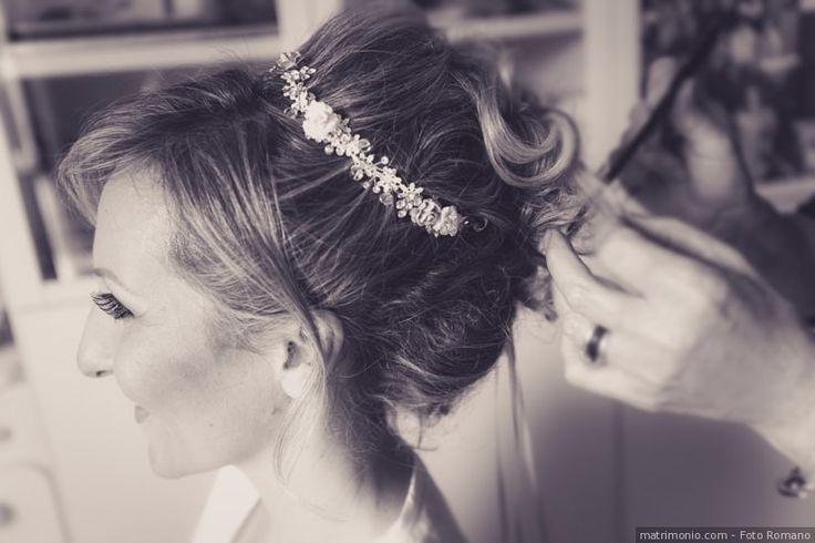 Acconciatura da sposa per capelli raccolti in uno chignon alto con diadema come accessorio sposa