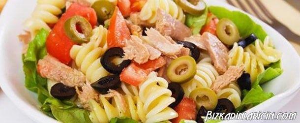 Cobb Salatası Nasıl Yapılır? Resimli Tarif - http://www.bizkadinlaricin.com/cobb-salatasi-nasil-yapilir-resimli-tarif.html  Cobb salatası 1930'larda meşhur olduğu restoranın sahibi Robert Howard Cobb'ın adını alır. Cobb salatası nasıl yapılır? resimli tarif makalemizde aşama aşama bu salatanın yapılışını anlattık. Malzemeler Marul Bıçak Kesim tahtası Kesim tahtası Domates Pişmiş tavuk göğsü Dana jambon parçaları Katı yumurta