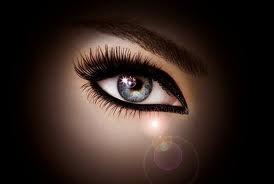 maquillage noir, oeil de biche
