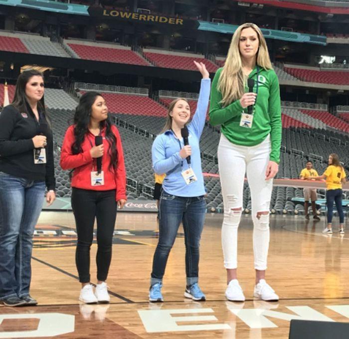 Very Tall Women 23 Photos | Tall women, Tall girl, Women