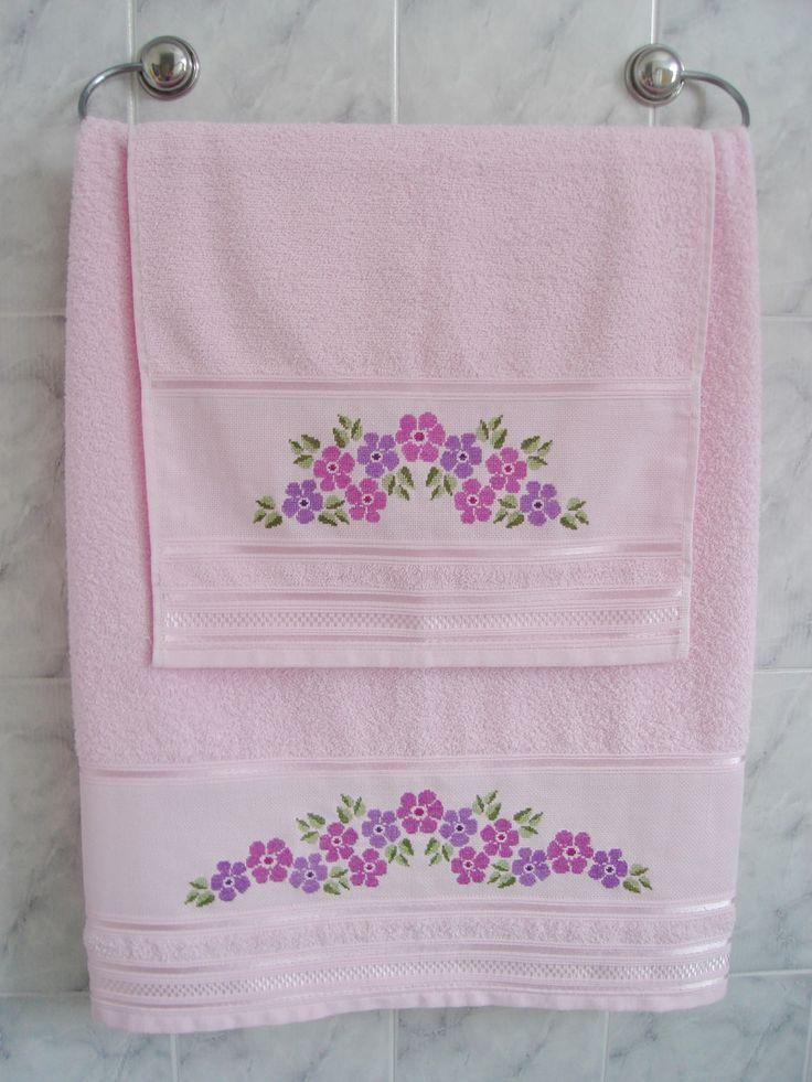 Conjunto de toalhas 100% algodão, na cor rosa clara, com barra bordada em ponto cruz com avesso perfeito. Toalha de Banho 70 x 130 cm Toalha de Rosto 41 x 70 cm